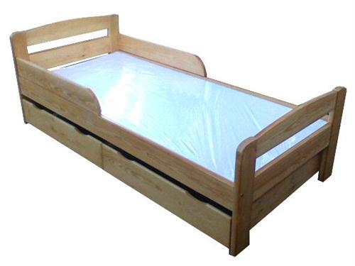 dřevěná jednolůžková postel z masivního dřeva Smoczek chalup
