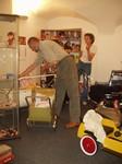 Z přípravy výstavy - Manželé Tomkovi instalují část své sbírky panenek