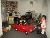 Pohled do výstavy,oddělení panenek a kočárků