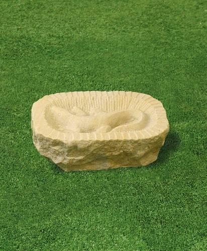 zahradní dekorace pitko z pískovce s ornamentem ještěr
