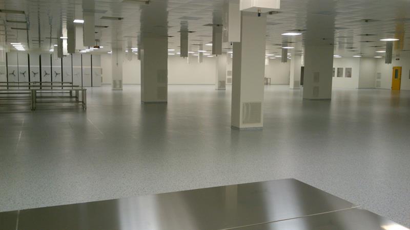 Antistatické PVC-čtverce v čistém prostoru výrobní haly